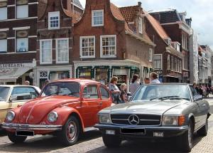 VW Kever en Mercedes op marktplein Delft