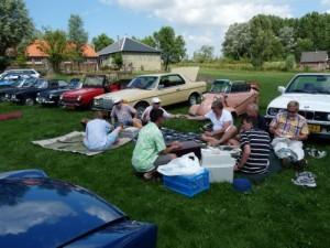 Picknicken achter het decor van young- en oldtimers op 18 juli 2010