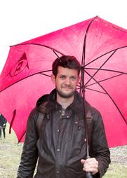 Man met roze paraplu