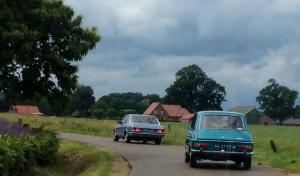 Simca en Mercedes Benz rijden als klassiekers door het Twentse landschap