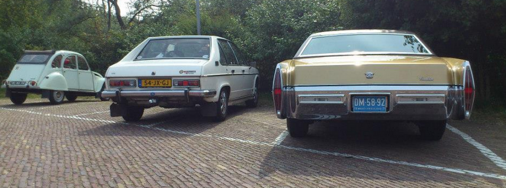 Citroën 2CV, Tatra T en Cadillac de Village