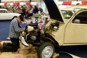 Reparatiedemonstratie aan Citroën 2 CV op Oldtimerbeurs in Leek
