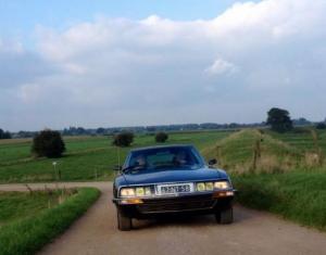 Citroën SM rijdt in het Gelderse platteland
