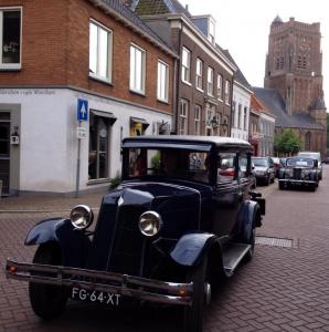 Prachtige oldtimers door Woudrichem: een Renault en een Riley