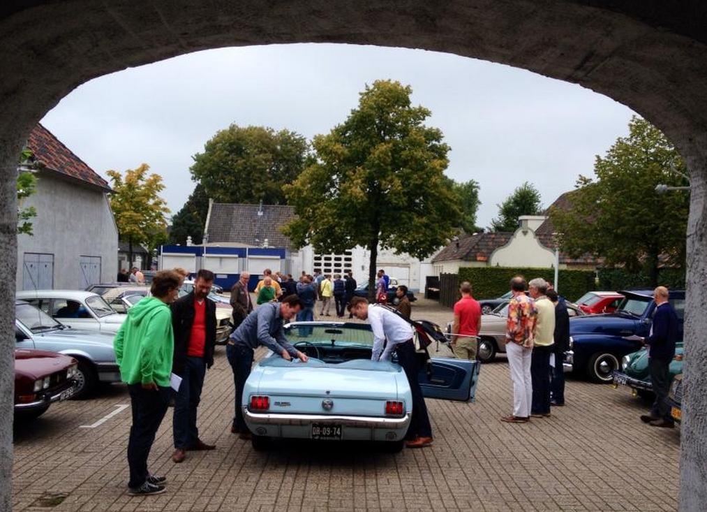 De klassiekers van de GCCC geparkeerd op het plein van het voormalige Autotron in Drunen