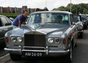 Rolls Royce wacht op pontje bij Rozenburg tijdens Picknickrit 2013 GCCC