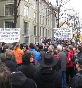Veel oldtimerliefhebbers aanwezig bij het protest in Den Haag. Enkelen met spandoeken.