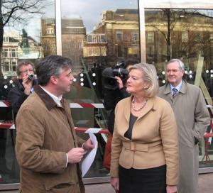 Petitie van oldtimerliefhebbers wordt aangeboden in Den Haag
