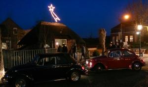Bij de laatste kerststal die bezocht moest worden tijdens de kerststallenrit van de GCCC op 29-12-2013 werd het al donker