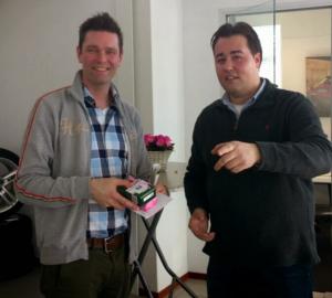 GCCC-webredacteur Erik Rijpstra neemt ook cadeautjes van Audicentrum Breda in ontvangst