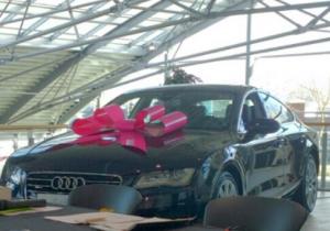 Zwarte Audi met roze strik