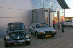 Kever en Volkswagen klassiekers bij ingang Audicentrum Breda