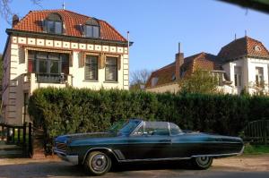 Blauwe Amerikaanse bolide cabrio tijdens de Baronie van Breda rit van de GCCC