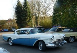 Amerikaanse blauw-witte bolide Roadmaster van organisator Daan en Mark