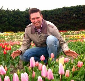 Erik Rijpstra tussen de tulpen in Sassenheim