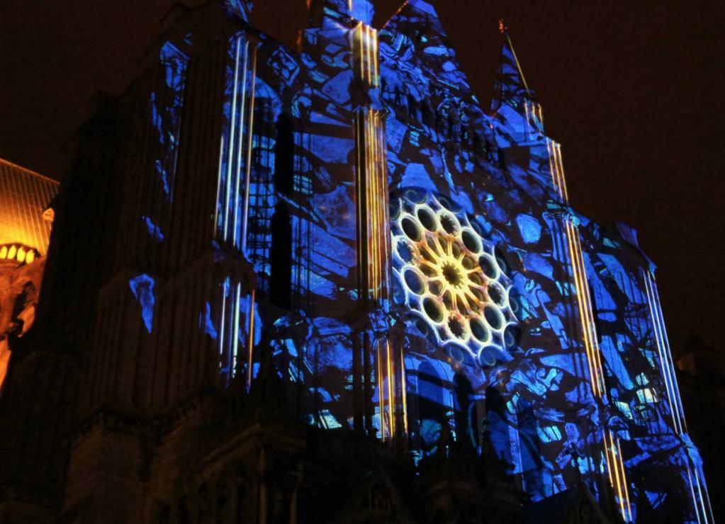 Chartres en lumiėres spektakel met de imposante kathedraal in een ander licht