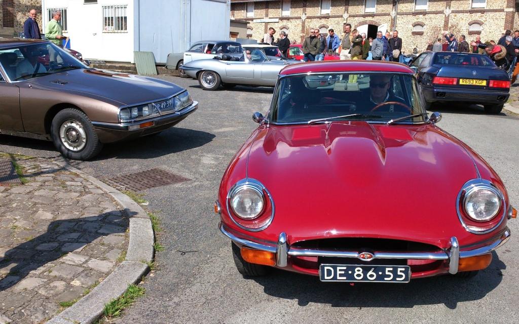 Rode Jaguar E-type na bezoek aan het kleine automobielmuseum van Dreux tijdens Sweet Trip 2014