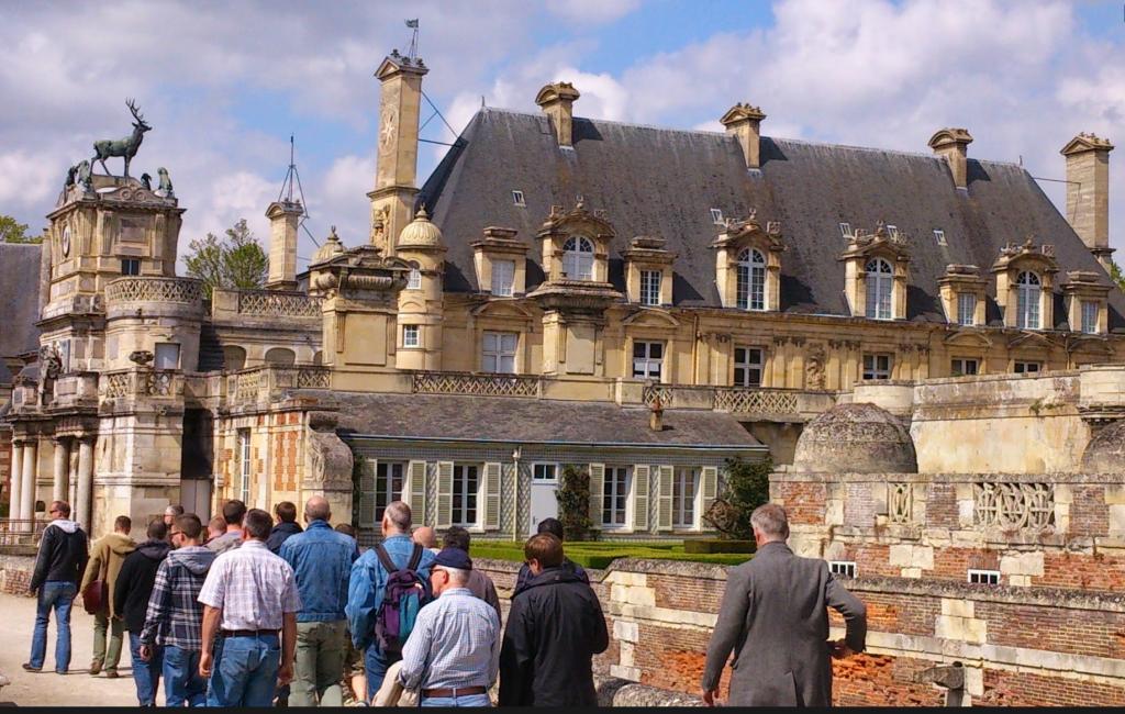 Internationale gaygroep met liefhebbers van klassieke auto's, bezoekt het kasteel van Anet