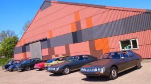 Citroëns SM's en Lancia en aantal andere klassiekers GCCC voor schuur van Rambler museum in Berlikum