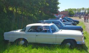 Mercedes Benz uit jaren '70 met andere klassiekers van de GCCC bij Rambler museum
