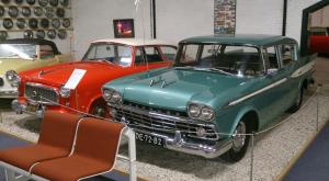 Een aantal Amerikaanse auto's die in het Rambler museum te bezichtigen waren