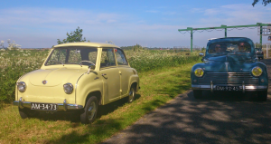 Gogomobil en Peugeot 203 bij Elfstedenbruggetje nabij Oentsjerk