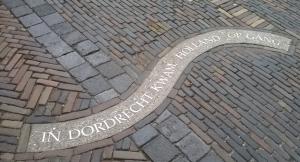 'In Dordrecht kwam Holland op gang' staat in een slingerende beweging op een stoeptegel