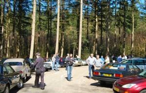 Mannen, auto's en bomen