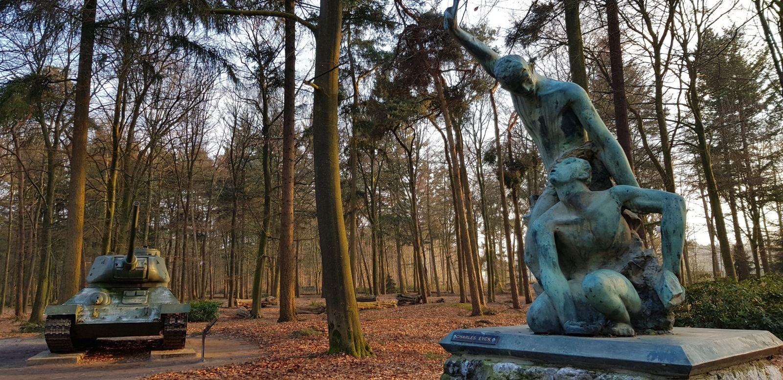 Tank met beeldende kunst in bosrijk park museum Overloon